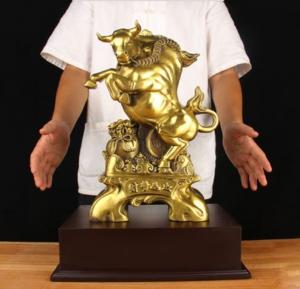 Tượng linh vật trâu sửu đứng trên bao tài lộc bằng đồng thau phong thủy Hồng Thắng