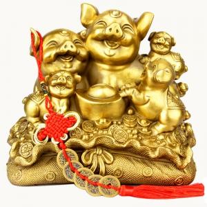 Tượng linh vật gia đình heo hợi trên bao tài lộc bằng đồng thau phong thủy Hồng Thắng