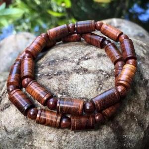 Vòng tay phong thuỷ gỗ Sưa đỏ 12li dạng đốt trúc- Phong thuỷ của danh tiếng và quyền lực